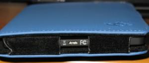 da questa porta riceve carica e permette di connettere il lettore al PC/Mac.